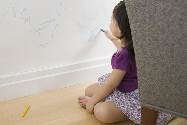 Dessins enfant sur mur blanc