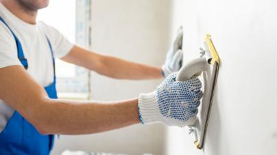 Réparer un mur avant de le repeindre : comment s'y prendre ?
