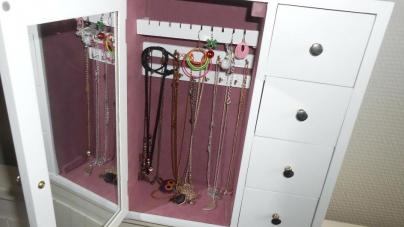 5 raisons d'installer une armoire à bijoux dans votre chambre