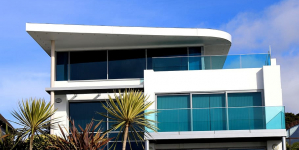 Design : un garde-corps en verre et inox pour son balcon