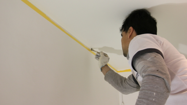 Comment peindre un mur sans toucher au plafond ?